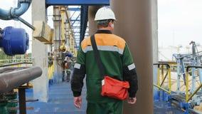 Камера показывает работника проверяя оборудование на заводе акции видеоматериалы