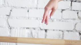 Камера показывает ровное движение балета руки ` s женщины на белой предпосылке стены сток-видео