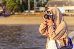 Камера пользы девушки с винтажным стилем стоковая фотография