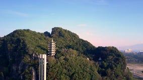 Камера понижает от верхней части холма к пагоде показывает лифт акции видеоматериалы
