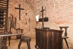 Камера пыток инквизиторства Старая средневековая камера пыток с много инструментов боли Стоковые Изображения