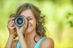 Камера рук портрета молодая очаровывая держа стоковое изображение