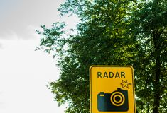 Камера сигнала дорожного движения, photocamera на дороге, радиолокатор скорости автомобиля стоковые фотографии rf