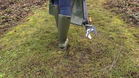 Камера следовать садовником женщины с резцом ветви видеоматериал