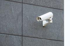 Камера слежения на офисном здании стоковое изображение rf