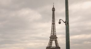 Камера слежения на штендере в плохой погоде перед Eiffe Стоковые Фотографии RF