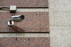 Камера слежения CCTV на стене снаружи стоковые фото