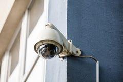 Камера слежения на стене здания Стоковые Фото