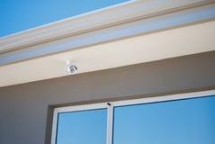 Камера слежения surveiling снаружи дома Стоковые Фото