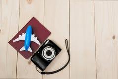 Камера с самолетом и тетрадью воздуха для backg деревянного стола перемещения Стоковая Фотография