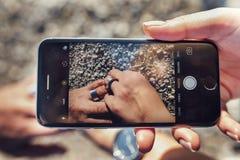 Камера телефона в руке стоковая фотография rf