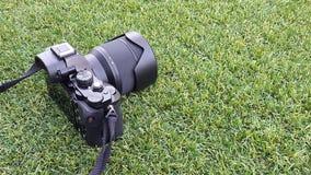 Камера фото цифров на траве в лете Стоковое Изображение