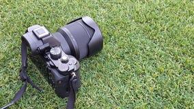 Камера фото цифров на траве в лете Стоковые Изображения RF