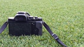 Камера фото цифров на траве в лете Стоковое фото RF