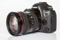 Камера фото profesional DSLR EOS 5D Марк IV канона на белой отражательной предпосылке Стоковое Изображение RF