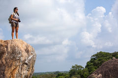 Камера backpacker и фото женщины в горном пике Стоковые Фото