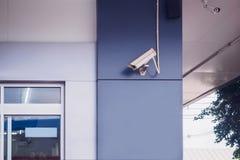 Камера CCTV безопасностью на стене стоковое изображение