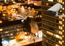 Камера CCTV против загоренных зданий в городе Стоковое фото RF