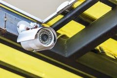 Камера CCTV работая внешнюю дома крышу Стоковая Фотография RF