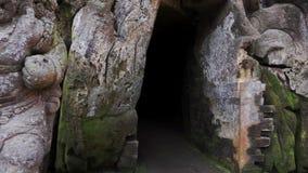 Камера dynamicaly показывает внешний вход к пещере и внезапно идет внутрь акции видеоматериалы