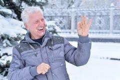 камера gesturing смотрящ пролив портрета человека возмужалый Стоковая Фотография RF