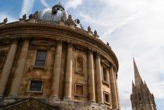 Камера Radcliffe и церковь St Mary стоковые изображения