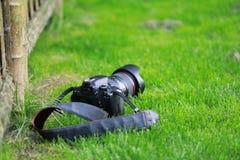 Камера SLR на траве стоковое изображение