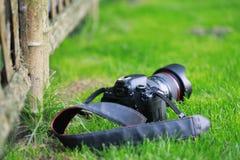 Камера SLR на траве стоковые фото