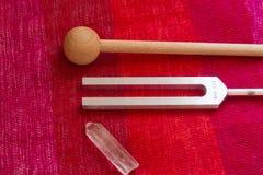Камертон и кристалл на таблице Стоковое Изображение