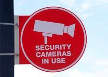 Камеры слежения в пользе подписывают с небом в предпосылке Стоковые Фото
