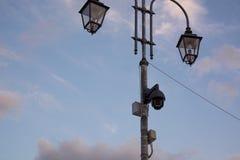 Камеры слежения на уличном фонаре Стоковые Изображения