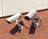 Камеры слежения на стене здания Стоковые Фотографии RF