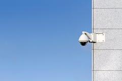 Камеры слежения прикрепленные на угле офисного здания против сини Стоковое фото RF