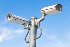 2 камеры слежения против голубого неба Стоковые Изображения