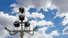 2 камеры слежения против голубого неба Стоковые Изображения RF