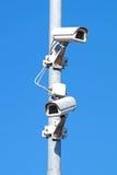 Камеры слежения против Cctv безопасностью голубого неба Стоковое Изображение RF