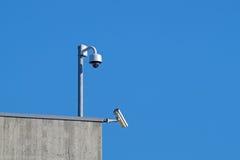 Камеры слежения против Cctv безопасностью голубого неба Стоковое фото RF