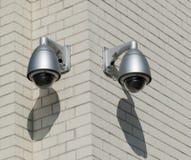 Камеры слежения установленные на кирпичной стене outdoors Стоковые Фотографии RF