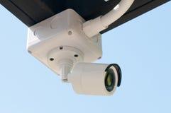 Камеры слежения CCTV вне белого здания Стоковое Фото