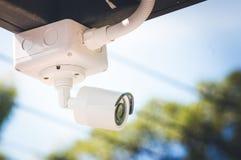Камеры слежения CCTV вне белого здания Стоковые Изображения RF