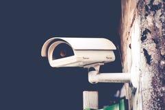Камеры слежения CCTV вне белого здания Стоковые Изображения