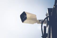 Камеры слежения CCTV вне белого здания Стоковая Фотография RF
