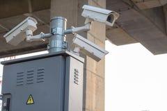 Камеры CCTV установленные вдоль дороги к проверке безопасности пока управляющ Стоковая Фотография RF