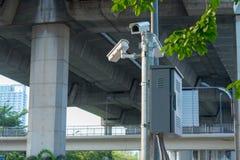 Камеры CCTV установленные вдоль дороги к проверке безопасности пока управляющ Стоковые Изображения