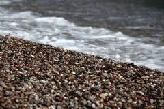 Камешек моря с волнами в лете на пляже Родосе Стоковая Фотография RF