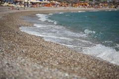 Камешек моря с волнами в лете на пляже Стоковое Фото