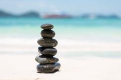 Камешки Дзэн балансируя на пляже Стоковые Фотографии RF