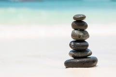Камешки Дзэн балансируя на пляже Стоковое Изображение RF