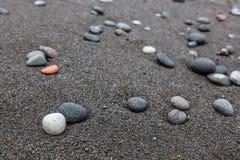 Камешки на отработанной формовочной смеси приставают к берегу в Padangbai, острове Бали, Индонезии Стоковое Изображение RF