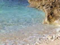 Камешки приставают к берегу, пляж Penizule, Istria, Хорватия Стоковое фото RF